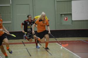 IBF Sundsvall vann säsongspremiären mot Storvreta med 7-5. Här jagas Sundsvalls Anna Östman i orange av Johanna Stenberg i Storvreta.