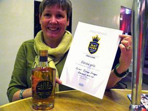 Förstapristagaren Eva Magnusson från Skogens gröna sköna med tisdagens hyllade snaps smaksatt med gransirap.