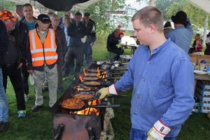 Johannes Johansson hade fullt upp med att laga kolbullar.