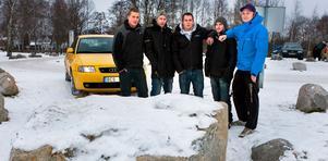 Vill sluta fred. Fem bilentusiaster som har fått vägen spärrad: Tobias Forsberg, Ronin Myrberg, Jocke Svensson, Thomas Thulin och Jimmy Backlund.