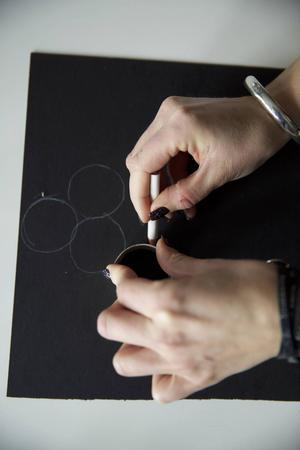 Gör så här:   1. Måla samtliga toarullar i en färg (samma som valt silkespapper). Låt torka.   2. Under tiden. Markera ut med en penna var varje rulle skall klistras fast på A3-pappret. Vi valde att forma 24 cirklar till en julgran, men det går lika bra med en krans, hjärta, stjärna etc. Klipp ut längs ytterkanten