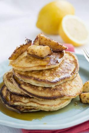 Amerikanska pannkakor med ricotta och citron. En njutning tillsammans med generösa mängder lönnsirap och smörstekta äpplen.