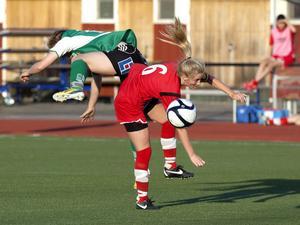 Bik:s Linnea Lundin fick till uppgift att hålla koll på Själevads målspruta Josefin Larsson under hela matchen och det gjorde hon effektivt.