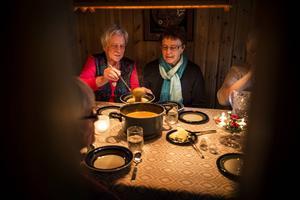 Ingrid Lindström har jobbat på infektionskliniken i Östersund och trivdes så bra att hon jobbade några år över pensionsålder.    – Jag tyckte att det var roligt att arbeta, säger hon.   Till höger om henne Margit Larsson.
