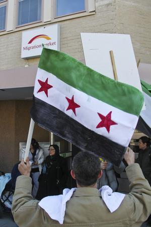 Utanför Migrationsverkets kontor skallade slagorden om situationen i Syrien.