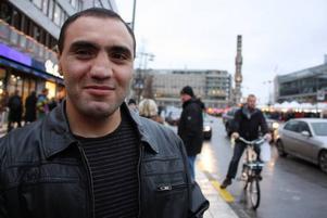 Vardan Paloyan är en av de tre armeniska brottarna som 1999 försvann från Gävles psykmottagning efter att Migrationsverket beslutat att de ska utvisas. I dag har han och hans vänner Tigram och Armen Mkrtchyan fått uppehållstillstånd, och de bor alla tre i Stockholmsområdet. Arbetarbladet har träffat två av de tre armeniska brottarna. Vardan Paloyan och Tigram Mkrtchyan. Vardan ställer gärna upp för en bild, men Tigram ber om att få slippa.