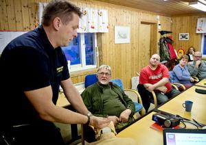 Thomas Åslin visar hur man enkelt kan hålla andningsvägarna fria hos en person. Närmast honom sitter Olle Frisk som är en av dem som anmält sig till projektet.