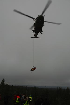 Den alvarligaste skadade flögs med räddningshelikopter från Stockholm. Foto: Mats Laggar