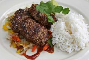 Kryddiga köttbullar med wokgrönsaker, teriyakisås och ris är mat som verklig smakar.