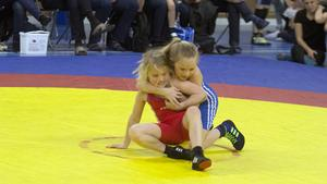 Norbergs BK har flera tjejer som är aktiva på mattan. Bland andra Althea Höglund, i rött, och Ada Johansson.