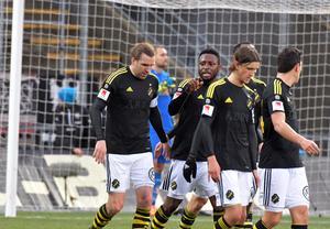 AIK-jubel efter Chinedu Obasis (mitten) ledningsmål på Behrn arena.