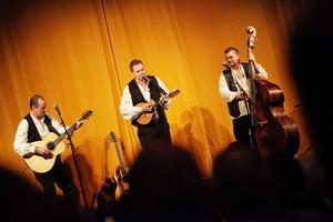 Det blev många skratt och bra låtar när Janne Krantz, Robert Damberg och Sören Söderlund spelade i Iggesunds biosalong.