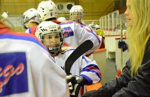 Redo för ishockey. Denize Skaret-Grönholm spelar vanligtvis i Nora/HIK div 2-damlag. På tisdagen spelade hon i elevlaget på Pihlskolan.