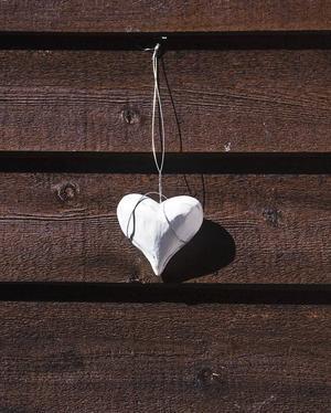 VÄLKOMMEN IN. Visst hänger det ett dasshjärta på dörren in till Jessica Wiklund och Pelle Brolunds utedass. Liksom resten av inredningen är hjärtat så klart vitt.
