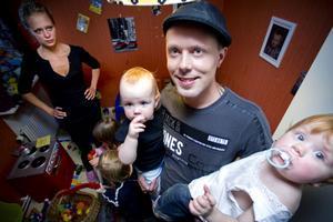 Christian Ståhlberg, med barnen Nikki och Livia i famnen, tycker att medverkan i programmet har gjort honom till en bättre pojkvän–något som även Jenny Mattson, i bakgrunden, håller med om.