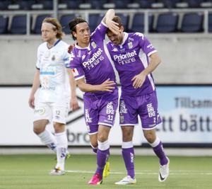 Martin Smedberg-Dalence jublar ikapp med Emil Salomonsson medan GIF:s Anders Bååth funderar över vad som händer.