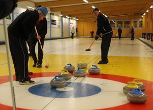 Alla har möjlighet att spela curling i Sveg under torsdagarna. Lagen lottas vid ankomst och fokus ligger mer på spelglädje än allvar.
