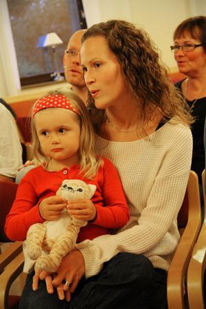 Annika Petersson har med sig dottern Angelina till körrepetitionen.