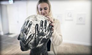 Amanda Nowén med sin skulptur.