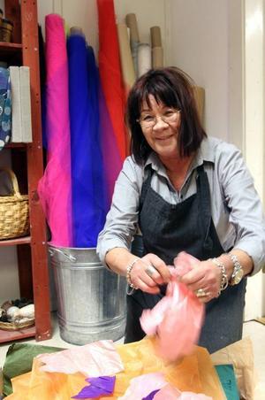 Det absolut härligaste Ann-Carin Burström vet är att riva silkespapper. Det är ett levande material att börja med, det hjälper till så mycket själv.
