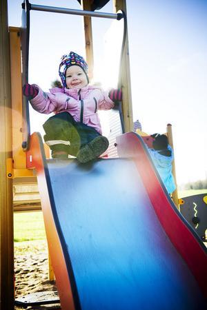 En av alla små som uppskattade rutschkanan är 1,5-åriga Josefine Englund.