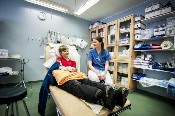 Alexander Lindblad skulle göra ett hopp men tappade balansen och gjorde en vurpa. Det slutade med besök på hälsocentralen och en resa till Östersund. Här tillsammans med sjuksköterskan Anne Therese S Dahlgren.