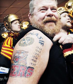 Göran Nilsson från Varberg har tatuerat in samtliga årtal som Brynäs IF vunnit SM-guld. Från 1964 och fram till 1999. 2012 får inte plats ovanför Brynäs Tigers-loggan, men han är inte bekymrad.– Jag har ju hela armen!