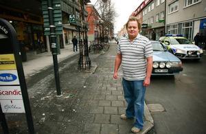 """Leif Gislefoss äger och driver damklädesbutiken """"Anna of Sweden"""" på Prästgatan. Han vill att kommunen sätter upp fler papperskorgar, och askkoppar."""