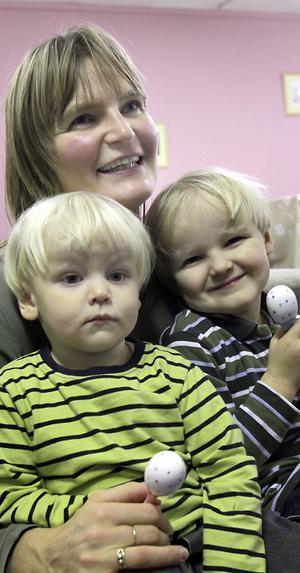 Camilla Hägglund med William, två år, och Walter, 3,5 år, ska vaccinera när rekommendationen kommer.