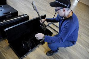 Dags att packa upp – här är det Jan Oscarsson som plockar fram gitarren.