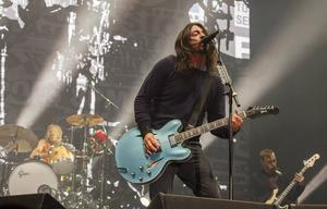 Dave Grohl på scen med Foo Fighters.