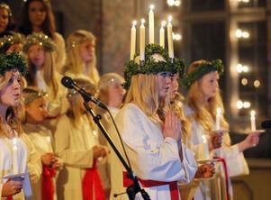 Ljusdals lucia, Ellen Ångman, hade sin ljuskrona tänd redan när hon trädde in i kyrkan.