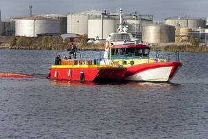 Räddningsstationen i Gävle utrustas med miljöräddningssläp för bekämpning av oljeutsläpp. De röda oljelänsarna slängs i vattnet och fungerar som flytande barriärer.
