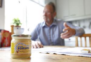 Per-Enar Hammarstrand är en småskalig honungsproducent.