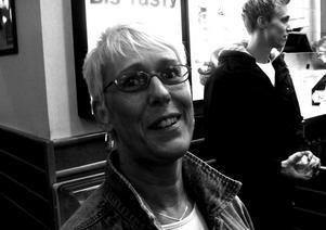 Olika funktioner. Tidigare under kvällen befolkas McDonalds mest av yngre. Efter midnatt höjs medelåldern. Maud Andersson är en av dem som kikar in.