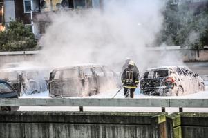 Det är inte polisen som kastar brandbomber och gatstenar.