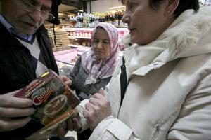 Vad är Mohallabla pulver? Margita Andersson får hjälp av Magid Atrushi och hans fru Khadije, som äger butiken.