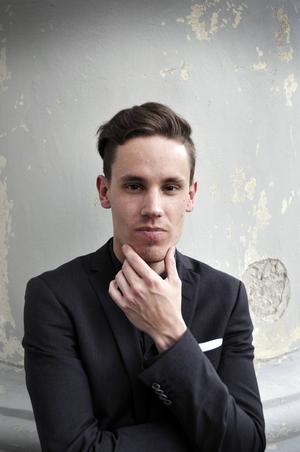 25-årige Per Olsson är en ung pianist med rötterna i Själevad som vigt sitt liv åt det klassiska pianospelet med stor framgång redan nu under studietiden i Sverige och utomlands.