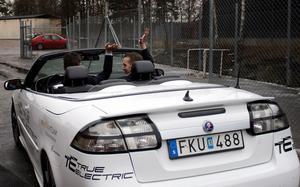 För dyr. Regeringens förslag till supermiljöbilspremie får kritik för att få privatpersoner har råd med dyra elbilar.