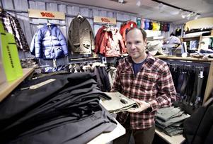 TACKAR VINTERN. Esa Kuosku som driver Naturkompaniets butik på Drottninggatan i Gävle är glad över att åter finnas bland de 50 mest framgångsrika företagen i Gävle.