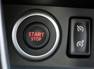 Med en knapptryckning. Har du bara med dig nyckelkortet i fickan räcker det med att trycka på knappen för att starta bilen.
