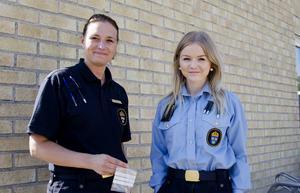 Anneli Elverstig och Beatrice Petersson vid polisen i Hudiksvall har bland annat fått in en ring som hittegods efter Hudikkalaset.