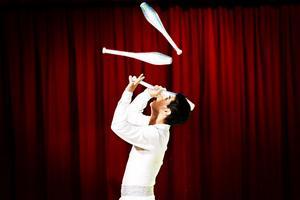 Juan Pablo Martinez jonglerade med så väl käglor och bollar och mexikanska hattar.