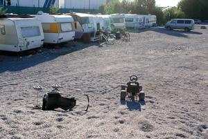 På dagarna stannar några av de vuxna i lägret för att se till barnen, medan de andra är ute och tigger.