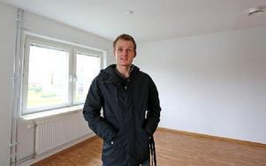 Oskar Davidsson flyttar in i Lisselhagen. – Kul att få eget, har hyrt möblerat tidigare, säger han. Foto: Johnny Fredborg