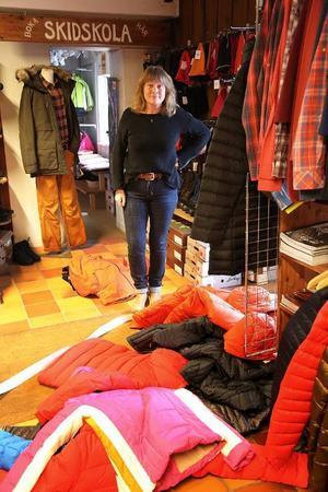 Dunjackor och andra kläder låg utspridda på golvet när Marie Grinde kom till sin butik.