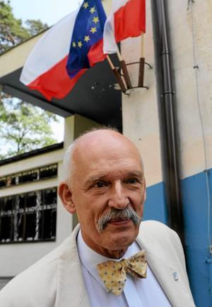 samarbetar med SD. Janusz Korwin-Mikke leder det polska partiet Kongressen för nya högern.  Han har vid flera tillfällen uttalat sig antisemitiskt och kvinnofientligt.Arkivfoto: Alik Keplicz/AP/TT