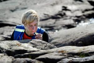 Ilka von Dalwigk och andra geologer har ögonen som främsta undersökningsinstrument. Men ibland kan en lupp vara bra att ha.