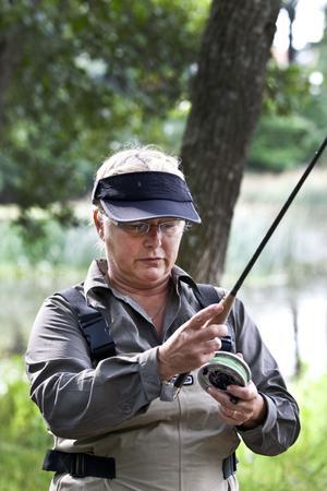 FÖRBEREDELSER. Inger Svedvall gör sig i ordning för flugfiske i Gavleån. Spöt är gjort av Gunnar Rask Nilsson inför VM i Skottland för ett par år sedan. Inger blev själv den första kvinnan i flugfiske-VM. Det var 1996 i Tjeckien.