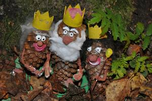 Längs sago- och trollstigen kunde besökarna stifta bekantskap med de små figurerna kottlunsarna och titta in i deras värld. Här ses kottlunsarnas kungafamilj.